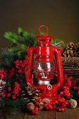 Lámpara de queroseno rojo sobre fondo de color oscuro — Foto de Stock