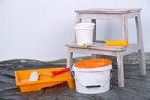 Kbelíky s barvou a žebřík na zeď na pozadí. konceptuální fotografie opravy funguje v pokoji — Stock fotografie
