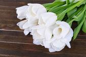 Lindo buquê de tulipas brancas sobre fundo marrom — Fotografia Stock