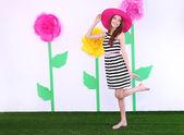 красивая молодая женщина на фоне декоративной — Стоковое фото