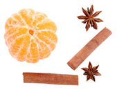 Mandarino dolce matura e spezie, isolati su bianco — Foto Stock