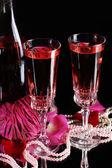 σύνθεση με ροζ κρασί σε μπουκάλι γυαλιά, και τα τριαντάφυλλα που απομονώνονται σε μαύρο φόντο — Φωτογραφία Αρχείου