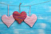 διακοσμητικά καρδιές σε ξύλινα φόντο — Φωτογραφία Αρχείου
