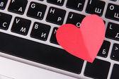 κόκκινη καρδιά στο πληκτρολόγιο του υπολογιστή από κοντά — Φωτογραφία Αρχείου