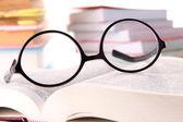 Kompozycja z okulary i książek, na białym tle — Zdjęcie stockowe
