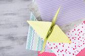Carta di origami di gru e colore sul tavolo di legno — Foto Stock