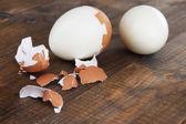 Ahşap arka plan üzerinde yumurta haşlanmış soyulmuş — Stok fotoğraf