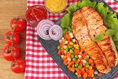 Gustoso salmone alla griglia con verdure, sul tavolo di legno — Foto Stock
