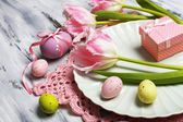 Mesa de pascua con tulipanes y huevos — Foto de Stock