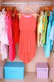 Dolapta asılı renkli elbise — Stok fotoğraf