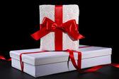 Vackra gåvor med röda band, på mörk bakgrund — Stockfoto