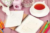 Sammansättning anteckningsbok med pennor på träbord närbild — Stockfoto