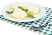 自家製コテージ チーズ、白で隔離されるおいしいパイナップル — ストック写真