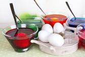 Ovos com líquido cor de vidro na mesa no fundo brilhante — Fotografia Stock