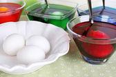 Jaja z płyn barwy w szklanej miski na stole z bliska — Zdjęcie stockowe