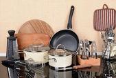 台所のテーブルの上のキッチン ツール — ストック写真