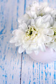 Beautiful chrysanthemum flowers in vase on wooden table close-up — Stockfoto