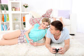 Couple de détente à la maison — Photo