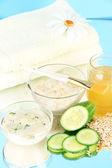 Domowe twarzy maseczki z naturalnych składników, na kolor tła — Zdjęcie stockowe