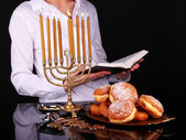Ceremonia festiva en hanukkah sobre fondo oscuro — Foto de Stock