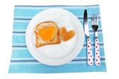 äggröra med bröd på plattan, på färg servett — Stockfoto