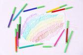 Děti kreslení a barevné tužky na dřevěný stůl — Stock fotografie
