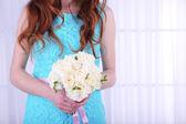 Kadın güzel düğün buketi tutan eller — Stok fotoğraf