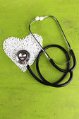 Cœur de pilules et stéthoscope sur fond en bois — Photo
