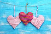 декоративные сердца на фоне деревянные — Стоковое фото