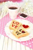 Výborný toast s marmeládou a čaj na tabulka detail — Stock fotografie