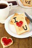 Heerlijke toast met jam en kopje thee op tabel close-up — Stockfoto