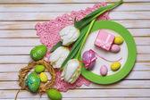Configuração de tabela de Páscoa com ovos e tulipas — Fotografia Stock