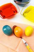 Schalen mit farbe zu ostern eier und eier, nahaufnahme — Stockfoto