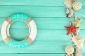 Rettungsring und Meer Muscheln auf hölzernen Hintergrund — Stockfoto