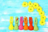 Komik el yapımı Paskalya tavşanımı ahşap zemin ile kompozisyon — Stok fotoğraf