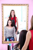 Girl hairdresser and client — Stock Photo