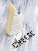 вкусная итальянская сыр на деревянный стол — Стоковое фото