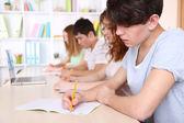 Groep van jonge studenten in de klas zit — Stockfoto