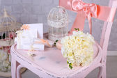 Krásné svatební Zátiší s kyticí na dřevěné židli — Stock fotografie