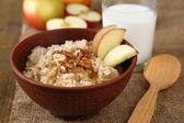 美味燕麦与坚果和木制的桌子上的苹果 — 图库照片