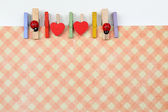 Abstrait avec des épingles en bois colorés et papier — Stockfoto