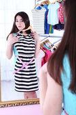Elbise odası aynada yakınındaki güzel kız — Stok fotoğraf