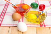Bowls with paint for Easter eggs and eggs, close up — Stock Photo