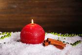 燃烧的蜡烛,木制的背景上 — 图库照片