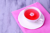 Fragrant tea in cup on wooden table close-up — Foto de Stock