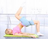 Praticare yoga giovane donna — Foto Stock