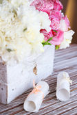 Beautiful wedding flowers in crate on table close up — Stockfoto