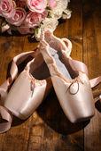 Zapatillas de punta sobre fondo de madera — Foto de Stock