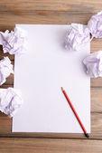 Weißes blatt papier mit zerknittertes papier und bleistift auf tabelle nahaufnahme — Stockfoto