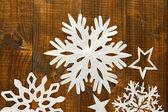木製の背景に美しい紙雪片 — ストック写真